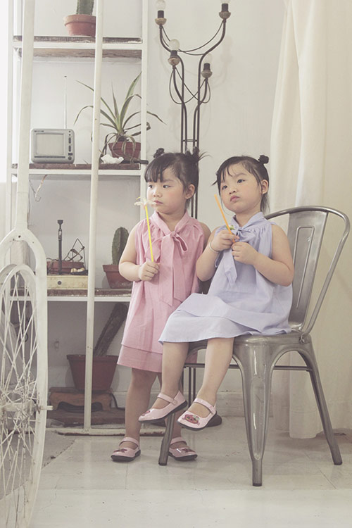 ngam hai co nang song sinh lun chun mac vay he tuyet xinh - 4