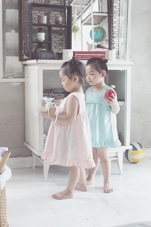 ngam hai co nang song sinh lun chun mac vay he tuyet xinh - 8