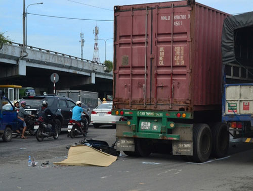 """xe container can chet co gai o vong xoay """"tu than"""" - 1"""
