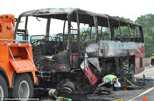 xe bus cho 56 nguoi boc chay o tq, 35 nguoi thiet mang - 2