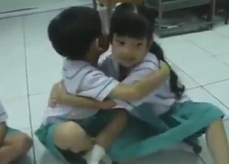 tre em thai lan bat dau ngay hoc bang viec om nhau - 3
