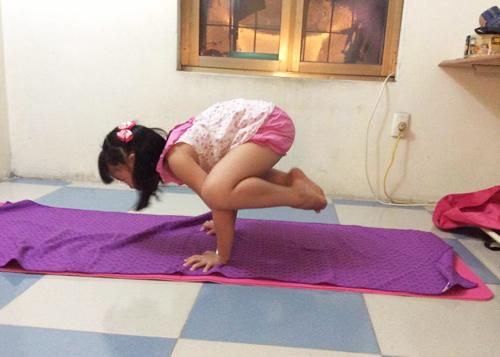 me viet so huu 2 co con gai gioi yoga khien nguoi lon cung than phuc - 2