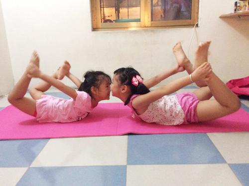 me viet so huu 2 co con gai gioi yoga khien nguoi lon cung than phuc - 3