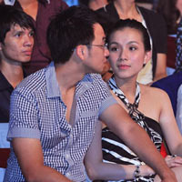 Hoa hậu Thùy Lâm cùng chồng say mê theo dõi BNHV