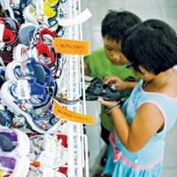"""Đỏ mắt tìm giày dép trẻ em """"made in Việt Nam"""""""