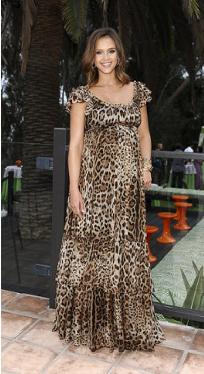 'Nghía' style bầu chuẩn của Jessica Alba - 1