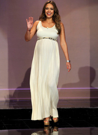 'Nghía' style bầu chuẩn của Jessica Alba - 3