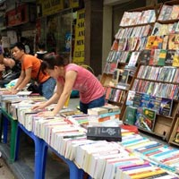 """Lãi """"khủng"""" từ buôn bán sách lậu"""