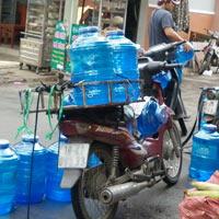 Nước uống đóng chai nhiễm khuẩn mủ xanh