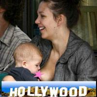 'Tận mục' sao Hollywood cho con bú