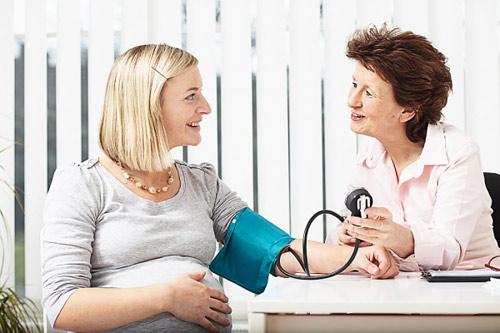 Bà bầu bị cao huyết áp cần lưu ý gì? - 1