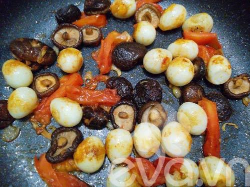 Thơm ngon món trứng cút om nấm - 8