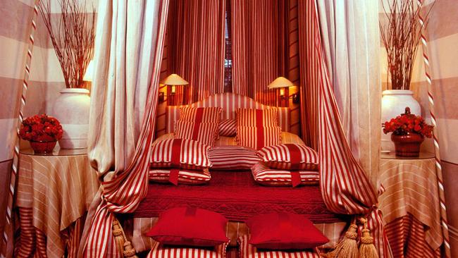 Khoa học đã chứng mình, phòng ngủ màu đỏ mang lại cảm giác rạo rực mê đắm hơn cho những cuộc ái ân của các cặp tình nhân.