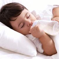 8 'Không' cho bé uống sữa công thức