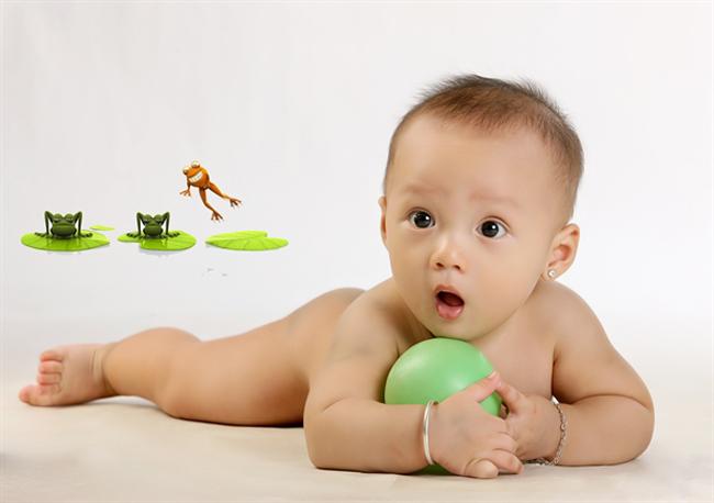 Cậu bé cực dễ thương, đáng yêu này có tên là Nguyễn Hoàng Thiên Minh. Sinh ngày 27/1/2012, bây giờ Thiên Minh mới có gần 8 tháng tuổi thôi nhé!