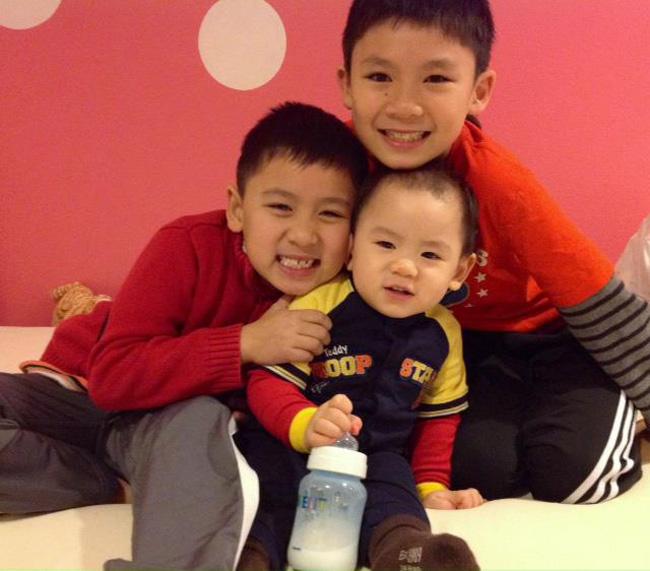 Gần đây, Bằng Kiều thường xuyên chia sẻ hình ảnh của 3 'quý tử' nhà mình trên facebook cá nhân và gọi vui các con là 'ba chàng lính ngự lâm'.