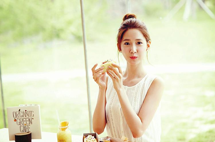 YoonA sinh ngày 30/5/1990, là thành viên của nhóm nhạc nổi tiếng SNSD. Cô được coi là idol xinh đẹp và đắt show quảng cáo nhất nhì Showbiz Hàn hiện nay. Sở hữu ngoại hình xinh đẹp như thiên thần, không chỉ các fan mà chính nhiều nam ca sĩ và diễn viên Hàn Quốc cũng ngây ngất trước nét đẹp của YoonA.