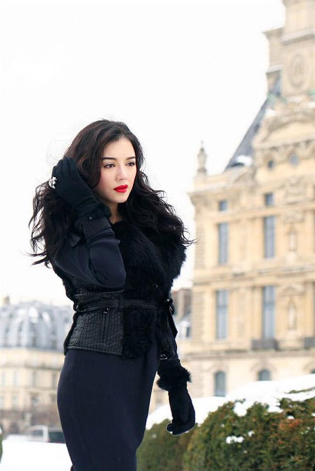 Người đẹp diện bộ cánh đen quyến rũ và nổi bật trên đường phố Âu châu. Vóc dáng đầy đặn, gợi cảm của Lý Nhã Kỳ khiến nhiều người ngắm bức hình này phải ngỡ ngàng.