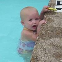 Clip bé 1 tuổi bơi khiến người xem sửng sốt