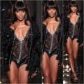 """Thời trang - Vượt bão scandal, """"báo đen"""" làm mẫu đinh cho Versace"""