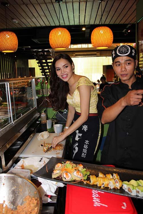 HH Diệu Hân trổ tài làm món ăn Nhật - 10