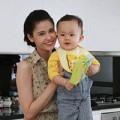 """Làng sao - Trương Quỳnh Anh """"xì tin"""" bên con trai"""