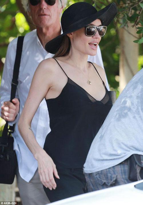 Angelina khoe vòng 1 sau phẫu thuật ngực - 1