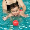 Làm mẹ - Chẳng khó dạy bé sơ sinh học bơi