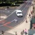 Tin tức - Thót tim người ngồi xe lăn náo loạn đường phố
