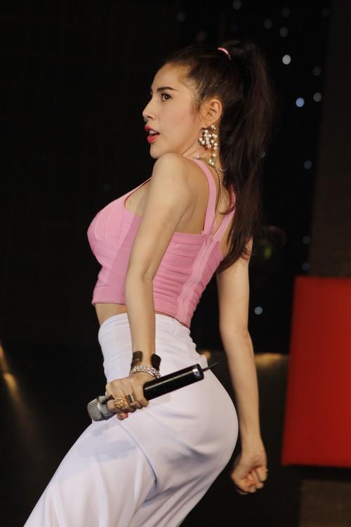 thuy tien sexy tren san khau ngay tro lai - 4