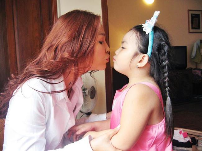 Mặc dù rất bận rộn với công việc làm HLV cho chương trình Giọng hát Việt nhí, Hiền Thục vẫn không quên chăm sóc cô con gái nhỏ của mình