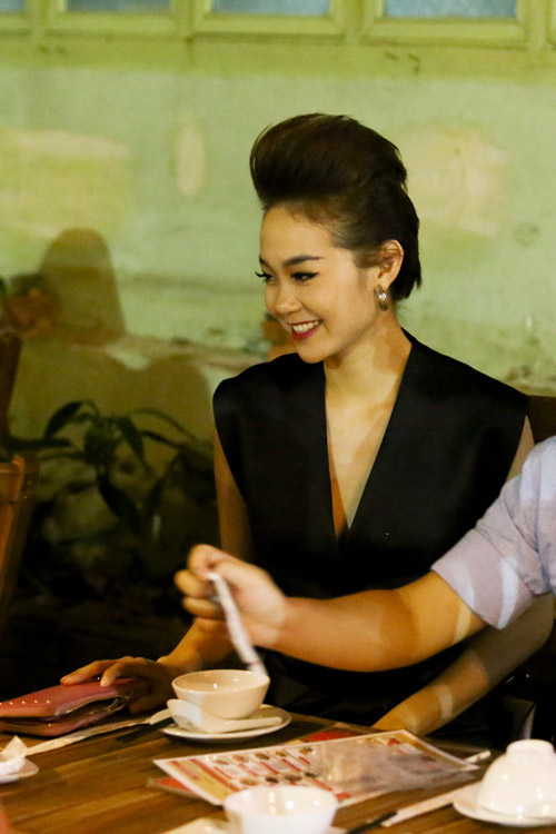 minh hang vay ngan, lai xe tien ty di an dem - 11
