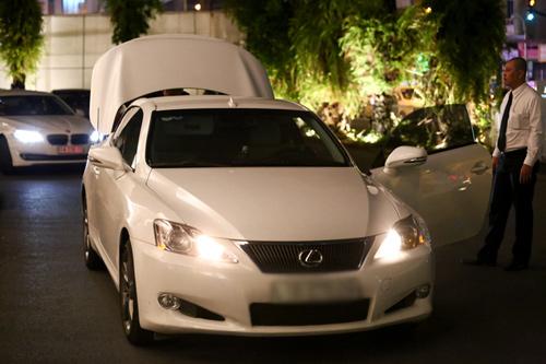 minh hang vay ngan, lai xe tien ty di an dem - 4