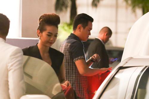 minh hang vay ngan, lai xe tien ty di an dem - 7