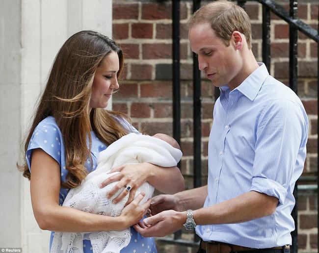 'Chỉ có những người làm cha làm mẹ mới có thể hiểu cảm xúc của chúng tôi lúc này', đó là lời chia sẻ rất chân thành của Công nương Kate với giới truyền thông khi 'khoe' chàng Hoàng tử nhí với công chúng Anh. Đó cũng là cảm xúc của Hoàng tử William khi lần đầu tiên được làm cha.