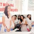 Làng sao - Việt Trinh giản dị đi thăm bệnh nhân nghèo