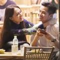 Làng sao - Hương Giang Idol bá cổ bạn trai ở quán vỉa hè