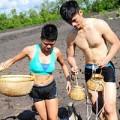 Xem & Đọc - Nhan Phúc Vinh, Linh Sơn cởi trần bắt cá kèo