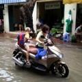 Tin tức - Hà Nội ngập sâu, phụ huynh 'lội sông' đón con