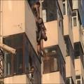 Tin tức - Nghẹt thởi giải cứu cô gái lơ lửng ngoài cửa sổ