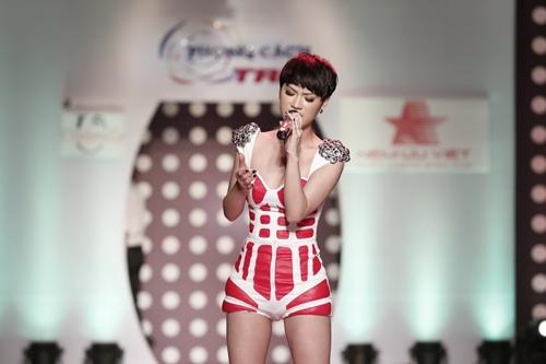 tra my idol khoe dang chuan ben dan mau nam - 5