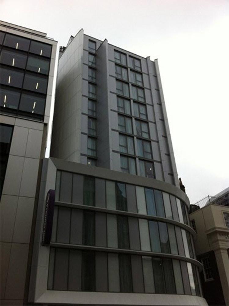 """Khách sạn Premier Inn nằm trên đường York Road, quận Lambeth – một quận trung tâm thành phố London nước Anh được đề đánh giá là tồi tệ nhất của kiến trúc hiện đại. Được xây dựng từ năm 1930, sử dụng chất liệu gạch đỏ cách tân lúc bấy giờ, các chuyên gia phải thốt lên rằng Premier Inn có một mặt tiền """"khó có thể cứng nhắc hơn""""."""