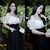 Ngọc Trinh khoe vai trần dự tiệc ở Thái Lan