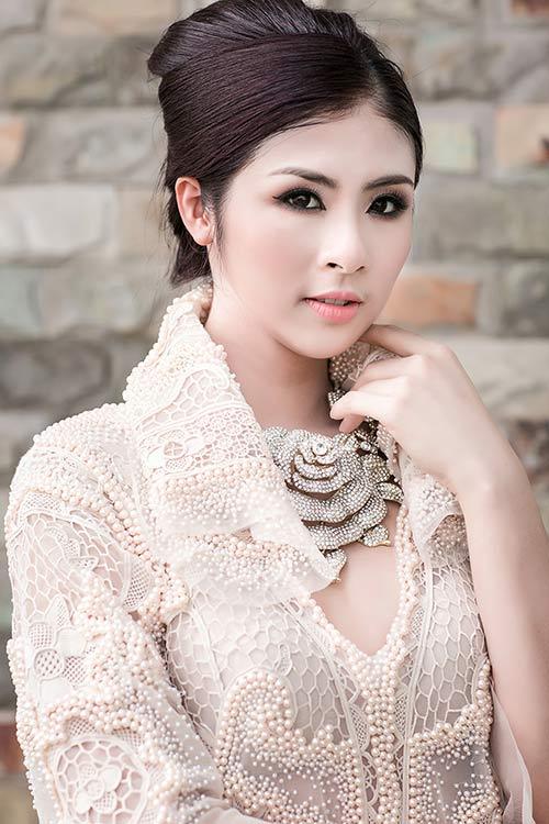 "ngoc han bat ngo deo vong co hinh hoa ""khung"" - 7"