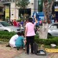 Tin tức - Cụ già ngồi xe lăn tự thiêu bằng cồn giữa phố