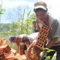 Tin tức - 'Người rừng' hớn hở xây dựng nhà mới