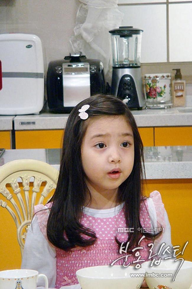 Khán giả truyền hình như đang 'phát sốt' với bộ phim Hàn Quốc dài tập Son môi hồng, được chiếu trên VTV3 lúc 18h hàng ngày. Trong bộ phim nổi tiếng xứ Kim Chi này, không thể không nhắc tới diễn viên nhí siêu đáng yêu - bé Nari - tên thật là Kim Soo Jung.