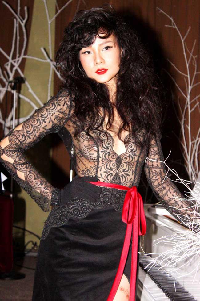 Diện đầm đen với phần áo mỏng, Dương Yến Ngọc kín hở táo bạo với vòng một.