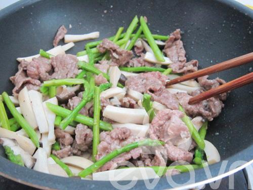 Nấm đùi gà xào thịt bò măng tây - 7
