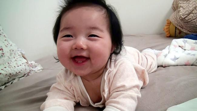 Nổi tiếng từ clip cô bé ngủ gật dễ thương, nhóc Yerin Park được cư dân mạng đặc biệt yêu thích.